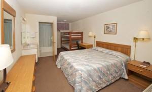 Deluxe Evergreen Lodge - Queen with one set of bunkbeds